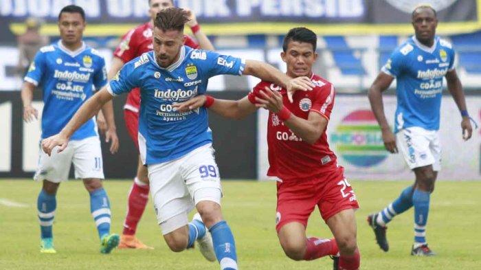 Penyerang Persib Bandung, Jonathan Bauman (biru) berusaha lepas dari kawalan pemain Persija Jakarta, Sandi Sute.