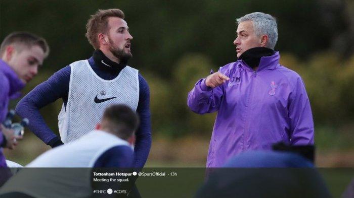 Pelatih Tottenham Hotspur, Jose Mourinho, bersama Harry Kane dan pemain lain The Lilywhites.