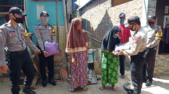 Jumat Berkah, Anggota Polsek Bungursari Polres Purwakarta Bagikan Bantuan