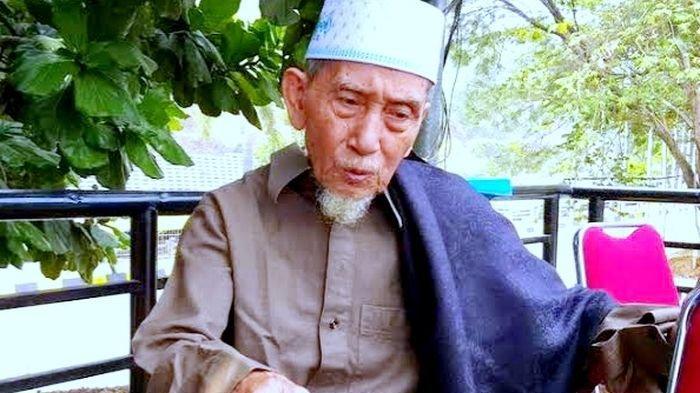 Mustopa Bin Ija (97), juru kunci Gunung Hejo di sekitar kilometer 96 Jalan Tol Cipularang.
