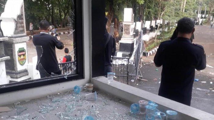 Kaca di depan gedung DPRD Purwakarta pecah berantakan