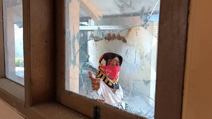 SMP PGRI Sindang Indramayu Diteror, Kaca di 3 Ruangan Pecah Dilempari Enam Batu Sebesar Bola Tenis