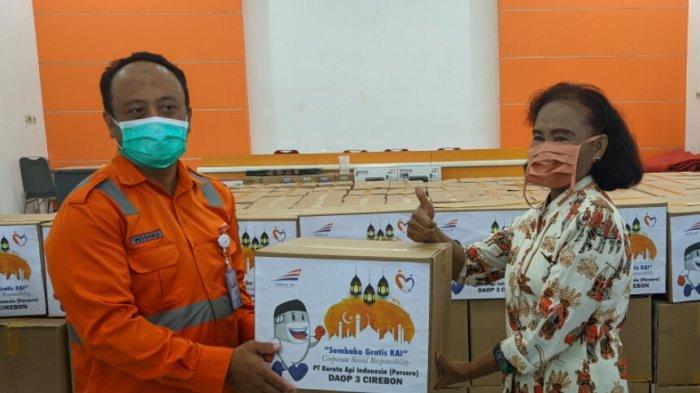 PT KAI Salurkan Ratusan Paket Sembako untuk Warga Kota Cirebon