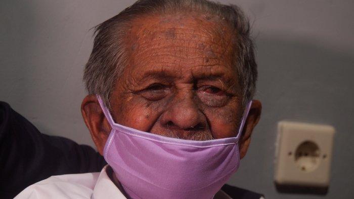 RE Koswara (85), kakek asal Kecamatan Cinambo Kota Bandung yang digugat anaknya dengan meminta ganti rugi Rp 3 M lebih.