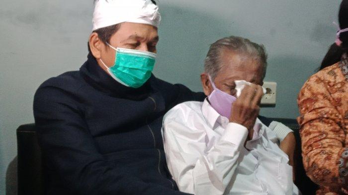RE Koswara (85), kakek asal Kecamatan Cinambo Kota Bandung yang digugat anaknya dengan meminta ganti rugi Rp 3 M lebih, bertemu dengan Dedi Mulyadi di Jalan Ahmad Yani Kota Bandung, Rabu (20/1/2021).