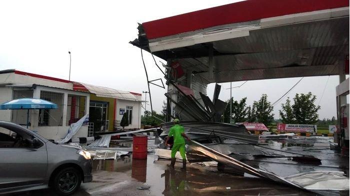 Angin Kencang yang Menyertai Hujan Deras Terjang Sejumlah Fasilitas di Rest Area 166 Tol Cipali