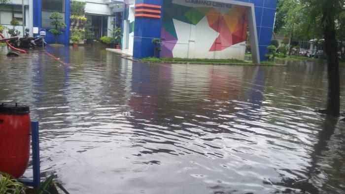 BREAKING NEWS Kantor Kecamatan Rancasari Bandung Kebanjiran, Sungai Cipamokolan Hampir Meluap