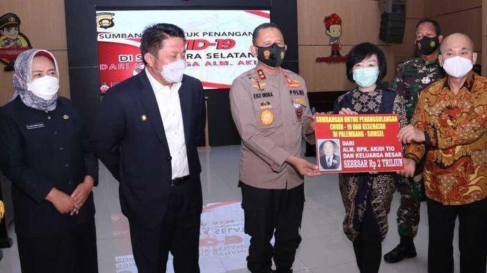Kapolda Sumsel Irjen Pol Eko Indra Heri, bersama Gubernur Sumsel Herman Deru menerima bantuan sebesar Rp 2 triliun dari keluarga Akidi Tio, pengusaha asal Langsa, Aceh Timur, untuk dana penanganan Covid-19, Senin (26/7/2021).