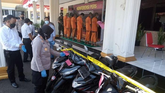 Kapolres Sukabumi Kota AKBP Sumarni memeriksa kendaraan sebelum diserahkan kepada pemiliknya di Mapolres Sukabumi Kota, Selasa (13/7/2021).