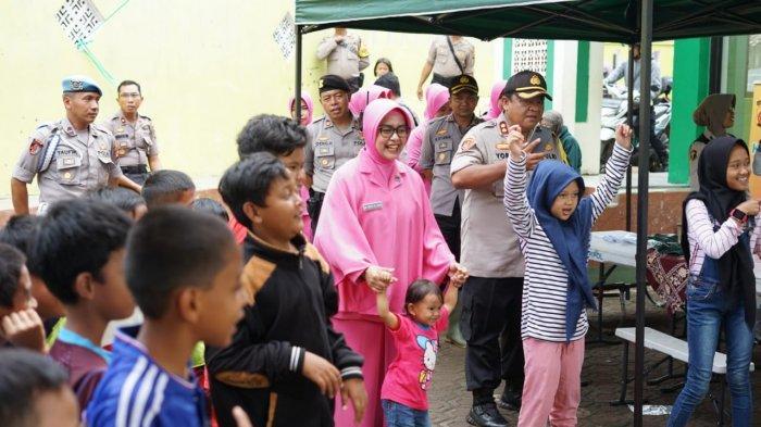 Kapolres Cimahi dan Ketua Bhayangkari Berikan Trauma Healing untuk Korban Banjir Bandung Barat