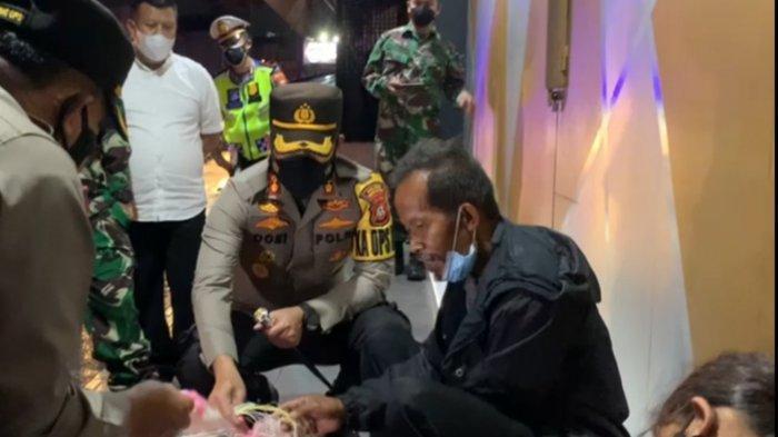 Penjual Kerupuk di Tasik Kelelahan dan Tidur di Emper Toko, Terkejut saat Dagangannya Diborong Habis