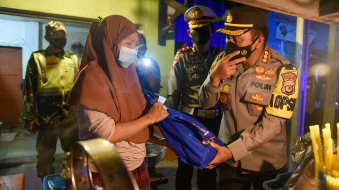 Pedagang di Cirebon Menahan Tangis, Disuruh Pulang Polisi, Dagangan Diborong dan Diberi Bantuan