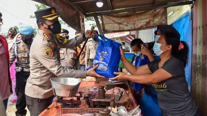 Keliling Pasar Desa Sampiran, Kapolresta Cirebon Bagikan Sembako ke Pedagang