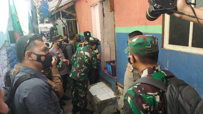 Karyati (48) tak menyangka, rumahnya yang berada di gang sempit, pemukiman padat penduduk itu bakal didatangi Kapolri Jendral Listyo Sigit Panglima TNI Marsekal Hadi Tjahjanto.