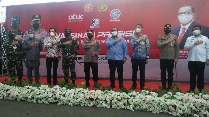 Kapolri Jenderal Listyo Sigit Prabowo bersama Panglima TNI Marsekal Hadi Tjahjanto saat meninjau pelaksanaanvaksinasimassal Konfederasi Serikat Pekerja Seluruh Indonesia (KSPSI) di PT. Kahatex, Sumedang, Jawa Barat, Kamis (5/8/2021).