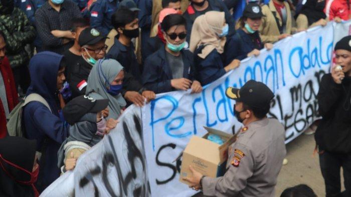 Ada Aksi Humanis Polisi Saat Demonstrasi Menolak UU Cipta Kerja di Purwakarta