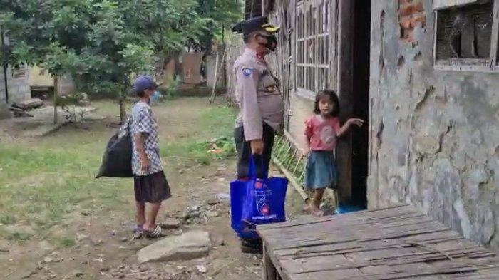 Saat Kapolsek Losarang Terharu Dengar Cerita 2 Bocah Penjual Kerupuk, Langsung Datangi Rumah Mereka