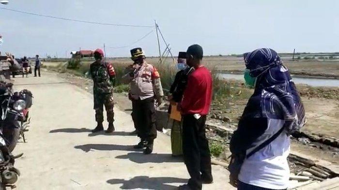 Lantunkan Sholawat Nabi, Kapolsek Losarang Cegah Keluarga yang Makamkan Jenazah Covid Tanpa Prokes