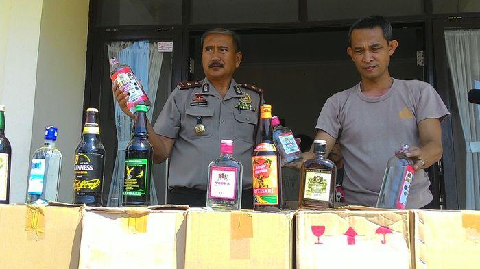 Ribuan Minuman Keras Dimusnahkan di Halaman Mapolsek Majalaya