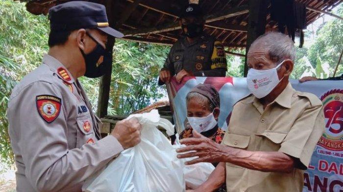 Polisi di Purwakarta Berikan Bantuan bagi Warga Tidak Mampu yang Juga Terdampak Pandemi Covid-19