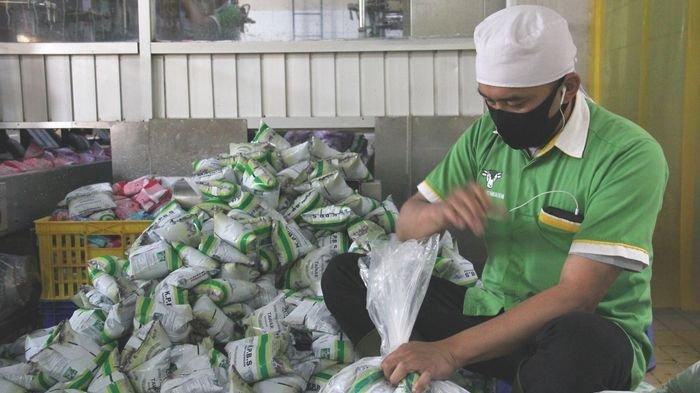 Karyawan mengemas susu di Pabrik Susu KPBS di Pangalengan, Kabupaten Bandung.