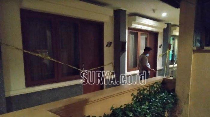 Kamar hotel tempat kasus pembunuhan wanita muda di Hotel Lotus Kota Kediri dipasang police line, Minggu (28/2/2021) malam.