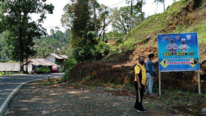 Hujan Mulai Turun Jalur Provinsi Jalan Tasikmalaya-Bandung Dipasangi Baliho dan Spanduk Seperti Ini