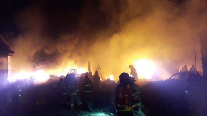 FOTO-foto Ganasnya Api yang Mengamuk di Babakan Cibeureum, Mobil Terbakar, Petugas Hadapi Kesulitan