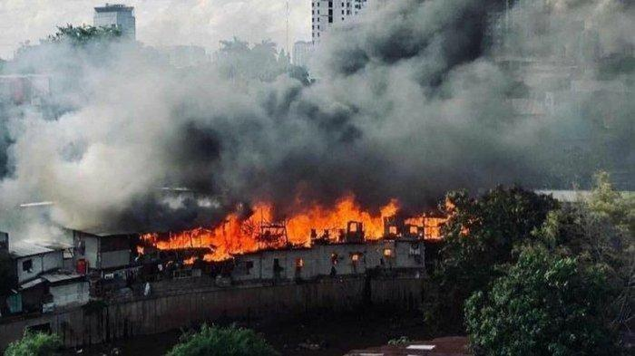 KEBAKARAN BESAR Kemarin di Dekat Markas FPI Jakarta, 30 Rumah Hangus, 12 Mobil Damkar Dikerahkan