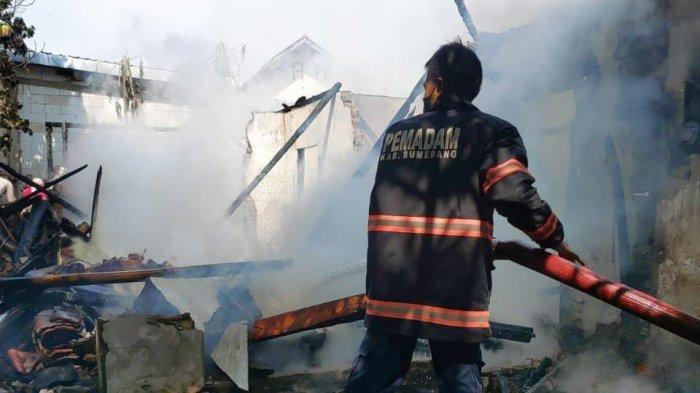 Terlihat Ada Kobaran Api di Atap, Pemilik Rumah Kaget Lari Kocar-kacir, Api Pun Melumat Semuanya