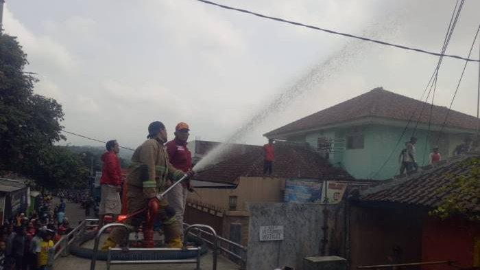 Api dari Dapur Menyambar Hingga Sukarti Alami Luka Bakar, Damkar Sukabumi Turunkan Tiga Unit Mobil