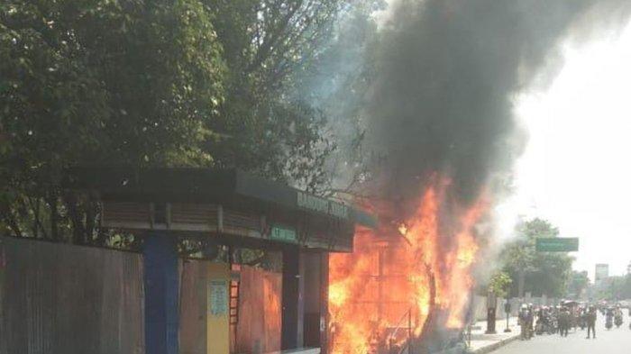 Halte Bus di Tegalega Bandung Dilalap Si Jago Merah, Api Diduga Berasal dari Korsleting Listrik