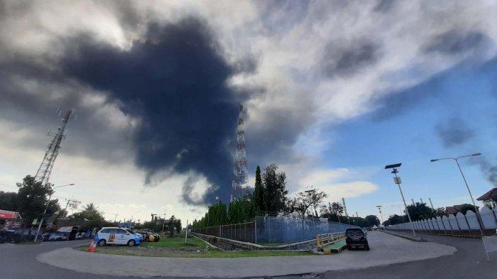 Asap hitam pekat membumbung tinggi di lokasi kebakaran Pertamina RU VI Balongan, Kabupaten Indramayu, Senin (29/3/2021) sore.