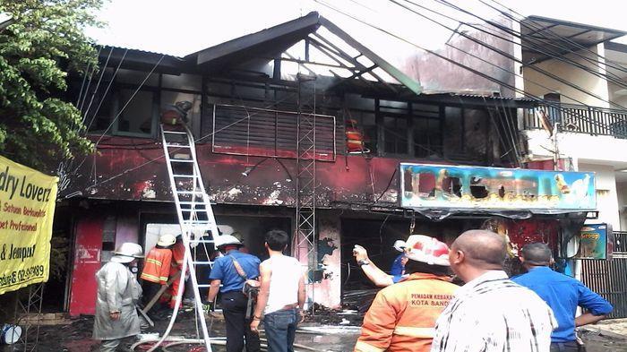 Kebakaran di Jalan Tubagus Ismail Hanguskan Tiga Tempat Usaha