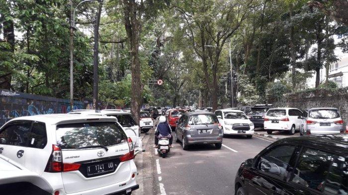 KEBIASAAN BURUK, Banyak Mobil Parkir di Trotoar Jalan Tamansari, Depan Kebun Binatang Bandung