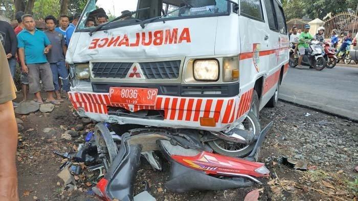Bawa Pasien, Mobil Ambulans Tabrakan dengan 4 Sepeda, 9 Orang Terluka