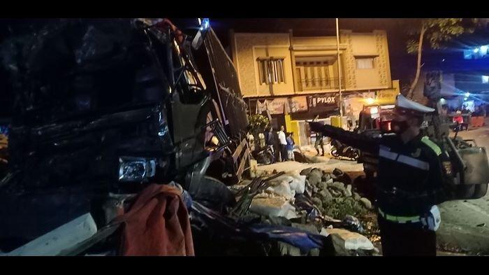Ttruk coklat bermuatan makanan ringan, menyeruduk mobil hitam dan akhirnya menubruk gudang material bangunan hingga ambruk, terjadi di turunan Nagreg, Kabupaten Bandung, Sabtu (17/10/2020) malam