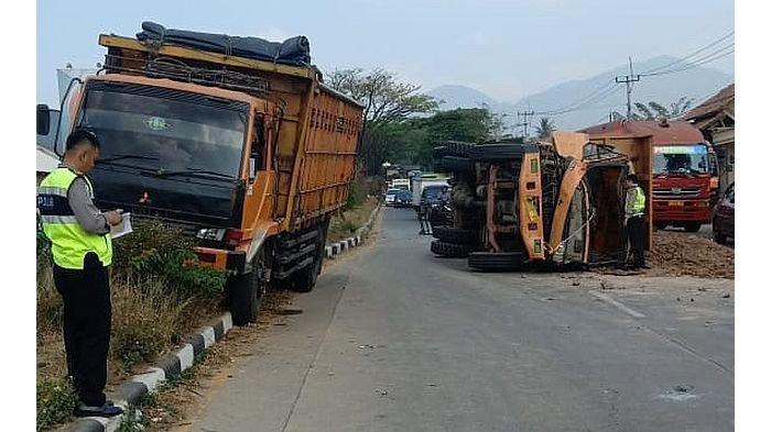 Truk Bermuatan Tanah Merah Terguling, Satu Lagi Tabrak Pembatas di Jalan Bypass Cicalengka