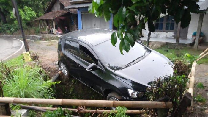Diduga Sopir Mengantuk, Mobil Masuk Parit di Tonjong Sukabumi, Ada Ibu Hamil di Dalamnya