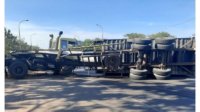 Truk Kontainer Terguling di Cipularang, Petugas Arahkan Kendaraan dari Bandung Keluar di Jatiluhur