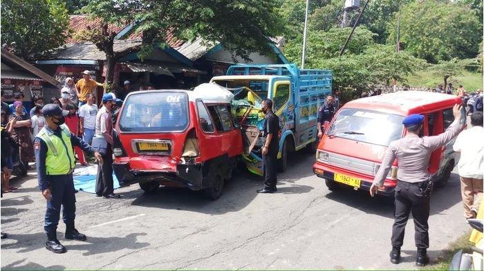 BREAKING NEWS - Truk Tabrak Angkot Terseret Puluhan Meter di Purwakarta, 2 Orang TewasTermasuk Bayi