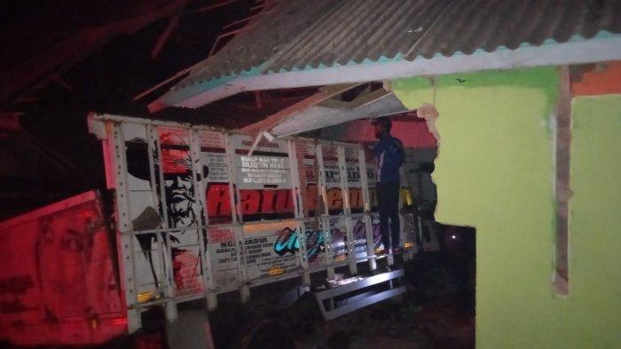 Truk seruduk bangunan madrasah di Kampung Harendong, Desa Sindang Galih, Kecamatan Karangpawitan, Jumat (02/04/2021) petang. 3 orang tewas dalam kecelakaan maut ini