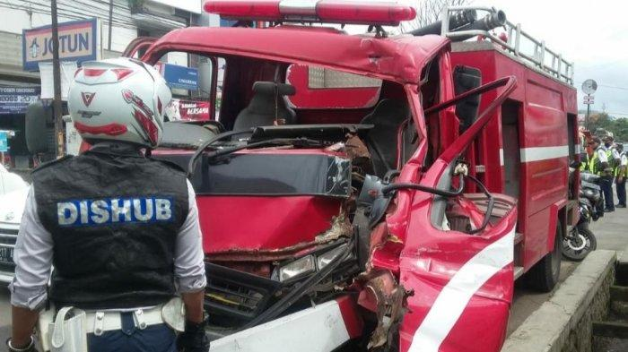 Mobil Pemadam Kebakaran di Bandung Kecelakaan Saat Menuju TKP, Sopir dan Penumpang Jadi Korban