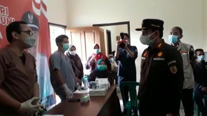 Sambut HUT ke-76 RI, Kejari Kabupaten Sukabumi Gelar Vaksinasi di Desa Pamuruyan