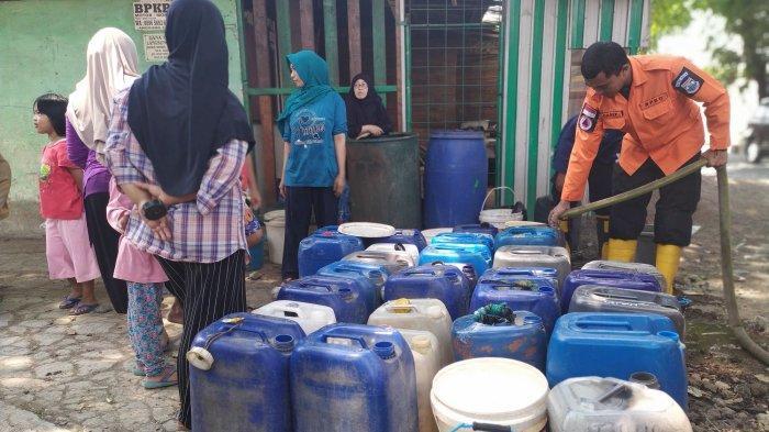 Warga Cimahi Selatan Krisis Air Bersih, PDAM Sudah Tidak Mengalir sejak Juni, Kini Andalkan Bantuan
