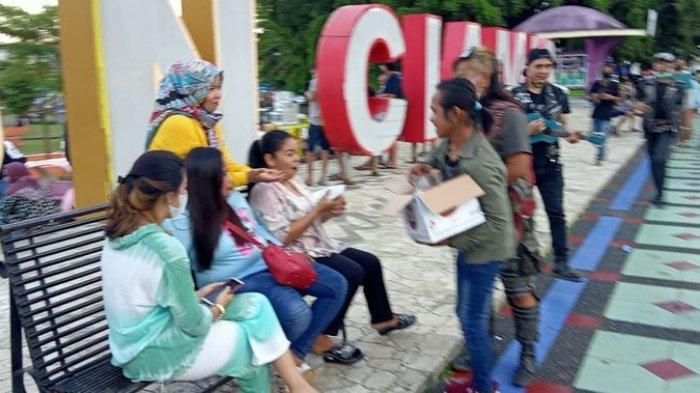 Donor Darah – Kelompok Pemusik Jalanan dan Punk Ciamis membagi-bagikan takjil gratis dan mengajak warga untuk donor darah di di Alun-Alun Ciamis, Sabtu (24/4) sore.
