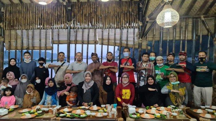 Keluarga Besar Terios Indonesia Bandung Raya Buka Puasa Bersama di Tepi Sungai Citarum