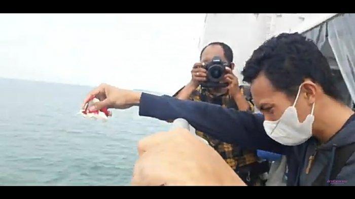 Video Sedih Keluarga Korban Sriwijaya Air SJ 182 Bercucuran Air Mata, Tabur Bunga ke Lautan