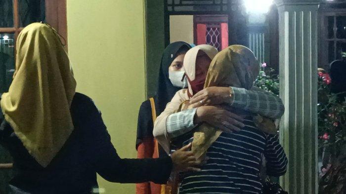 Keluarga menyambut kedatangan jenazah AF (18) di rumah duka di Desa Juntikedokan, Kecamatan Juntinyuat, Kabupaten Indramayu, Selasa (20/4/2021) malam, dengan isak tangis.