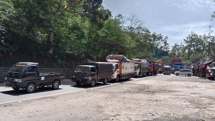 Kemacetan di Jalur Sumedang Ini Bikin Pedagang Bahagia Lantaran Pembeli Meningkat Dua Kali Lipat